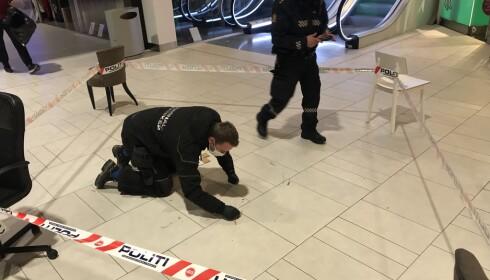 SPERRET AV: Politiet har sperret av et område inne på senteret. Foto: Terje Myklevoll / Dagbladet