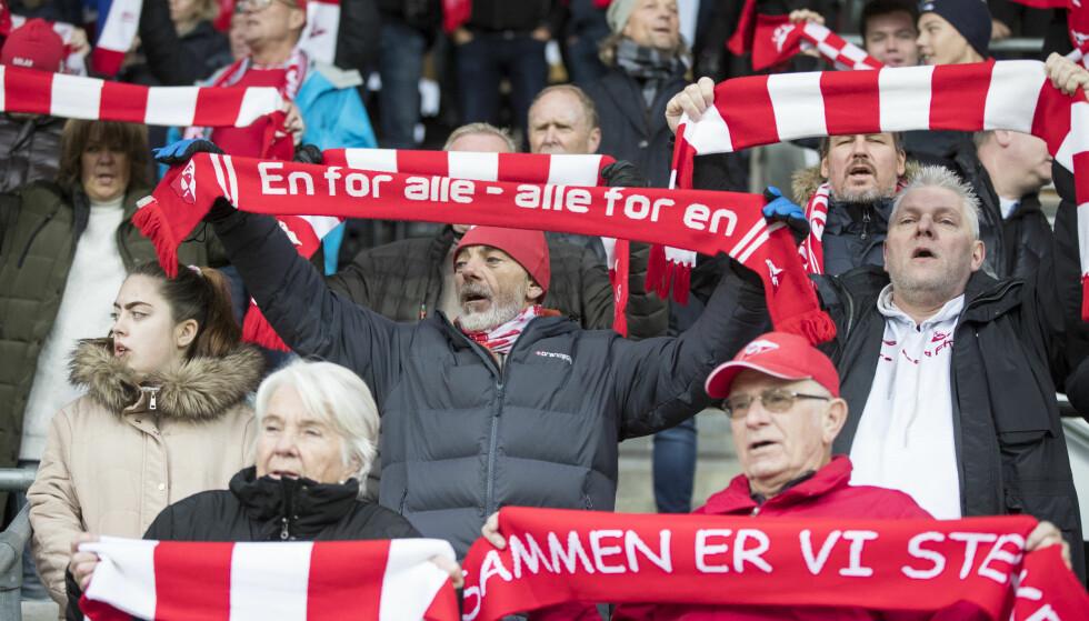 DEN TUNGE VEIEN NED: For Fredrikstad-supporterne, her fra oppgjøret mot Sandnes Ulf tidligere i år. Foto: NTB Scanpix