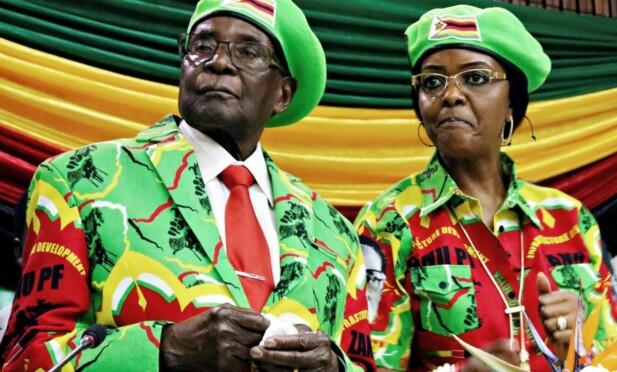 SPARKES: Robert og Grace Mugabe vil bli sparket fra regjeringspartiet søndag, opplyser krigsveteran-leder Chris Mutsvangwa til Reuters. Foto: Reuters / NTB Scanpix