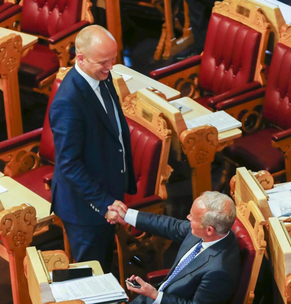 Enig om å være uenig: Sp-leder Trygve Slagsvold Vedum (t.v.) hilser på kommunal- og regionalminister Jan Tore Sanner i Stortinget.
