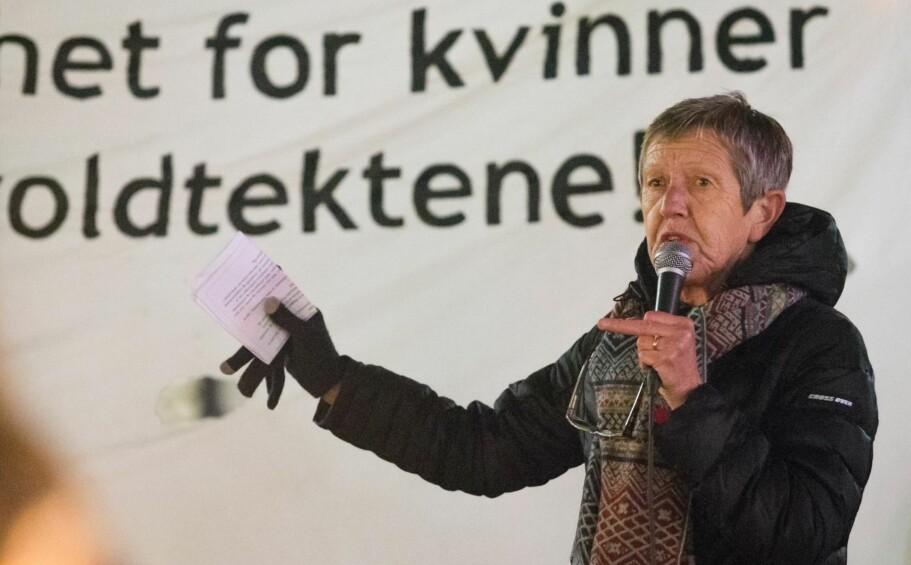 HÅP: Det virker håpløst, men det er håp. Mye takket være sinte feminister som Tove Smaadahl. Lederen i Krisesentersekretariatet, her appellant på et fakkeltog mot voldtekt og vold mot kvinner. Foto: NTB Scanpix