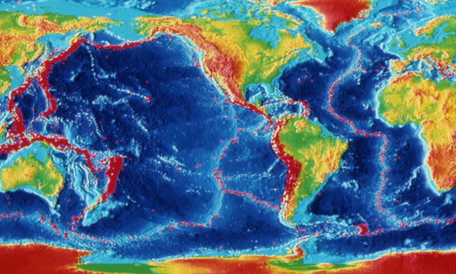 - FLERE JORDSKJELV: Forskerne Roger Bilham fra Colorado-universitetet og Rebecca Bendick fra Missoul-universitetet la på det årlige møtet til «Geological Society of America» fram sin teori om at det skjer flere jordskjelv i perioder der jordrotasjonen går saktere enn ellers.  Neste år er et slikt år, mener de to forskerne.Illustrasjonen, som er laget av National Geophysical Data Center, viser jordskjelv mellom 1980 og 1990. Foto: NTB Scanpix