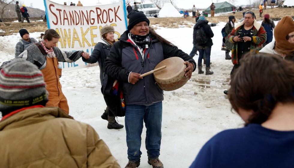INDIANER? Dan Nanamkin protesterer mot Dakota Access Line. Men er han «indianer»? Foto: Reuters / NTB Scanpix