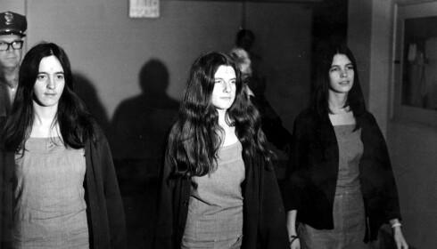 """KULT: Susan Atkins, Patricia Krenwinkel og Leslie Van Houten var alle med i Mansons drapskult, og sto tiltalt for blant annet drapet på Sharon Tate. De tre kvinnene hadde alle risset en """"X"""" inn i panna. Foto: AP Photo"""