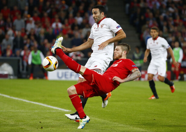 INGEN GOD KAMP: Alberto Moreno sleit mot gamleklubben i Europa League-finalen. Foto: Reuters / Michael Dalder / NTB Scanpix