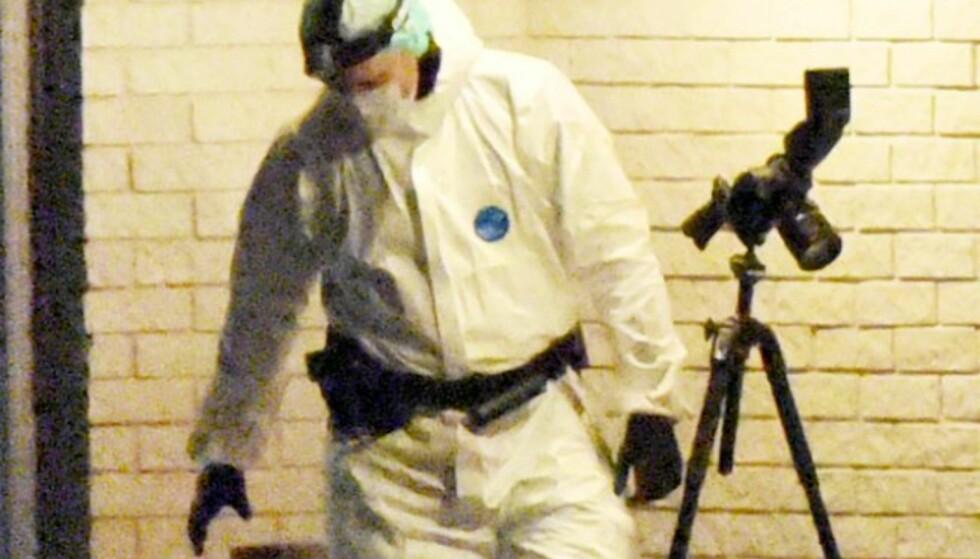UNDERSØKELSER: Krimteknikere undersøkte seint i går kveld åstedet i Finnsnes. Foto: Ivan Ortegon / Nordlys