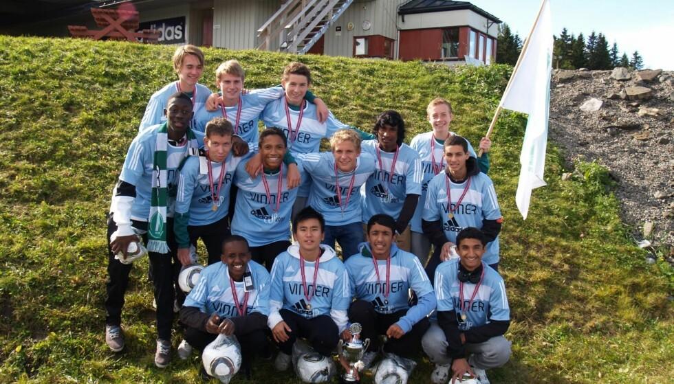 ET EVENTYR: Rommens G95-lag feirer en av mange triumfer. Dette bildet er tatt etter at de vant Adidas Cup. Foto: Privat.