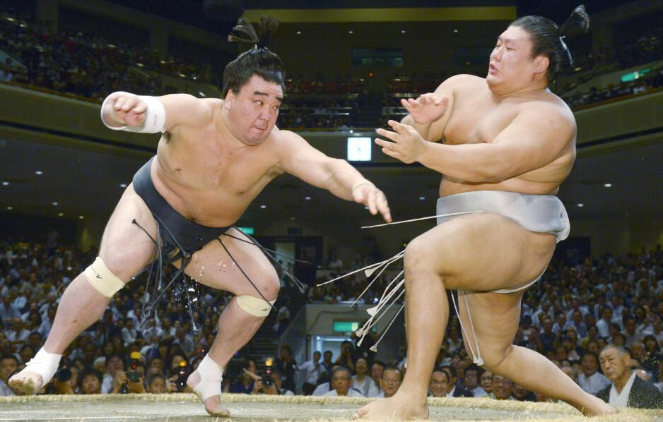 IKKE VERDENS BESTE VENNER: Harumafuji og Takainowa er ikke bestevenner, verken i ringen eller utenfor. Foto: Kyodo News via AP / NTB Scanpix