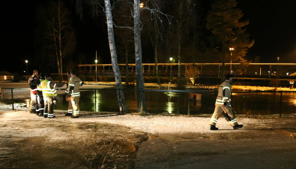 FUNNET DØD: Den sju år gamle gutten som var savnet i Askim tirsdag kveld, ble rundt 00.20 i natt funnet død. Gutten ble funnet av dykkere som undersøkte parkdammen i Askim sentrum, opplyser politiet. Foto: Freddie Larsen / NTB scanpix