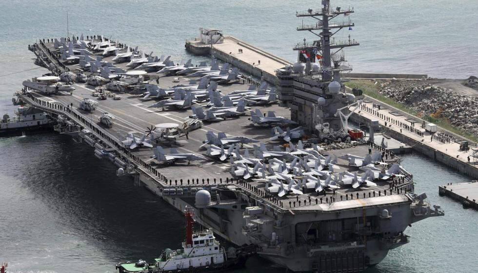 STYRTET: Et fly på vei til dette hangarskipet, Ronald Reagen, skal ha styrtet. Bildet er fra Sør-Korea i oktober. Foto: NTB Scanpix