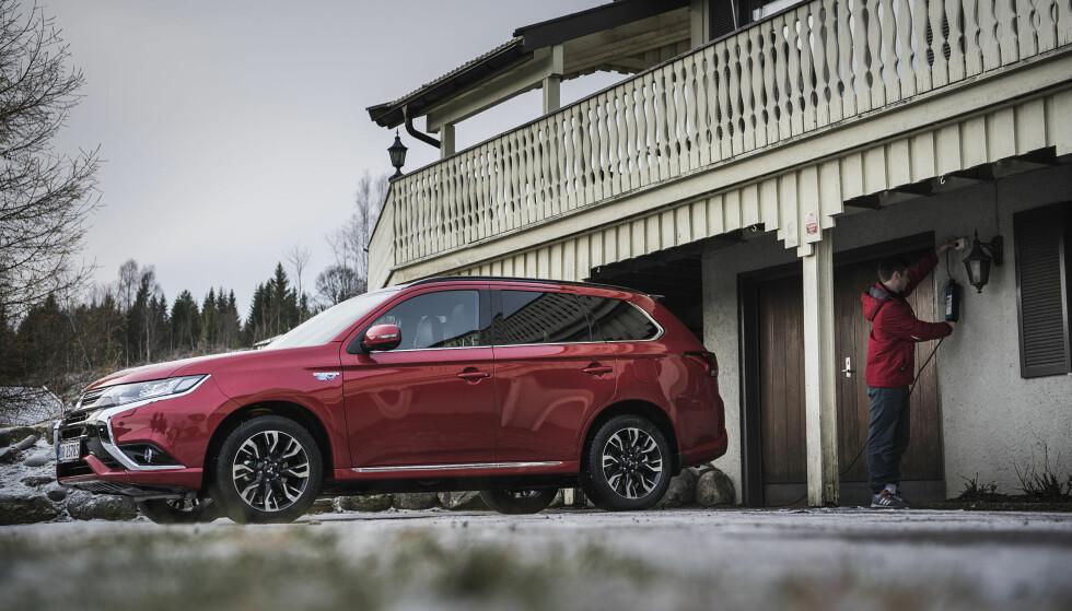 KJAPP LADING: Som ladehybrid kan Mitsubishi Outlander PHEV enkelt lades hjemme med stikkontakt. I løpet av fem timer har du et fulladet batteri som gir deg inntil 54 kilometer rekkevidde.