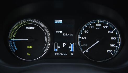 OVERSIKT: Dashbordet i Outlander PHEV gir deg en fin oversikt over hvor miljøvennlig du kjører til enhver tid.