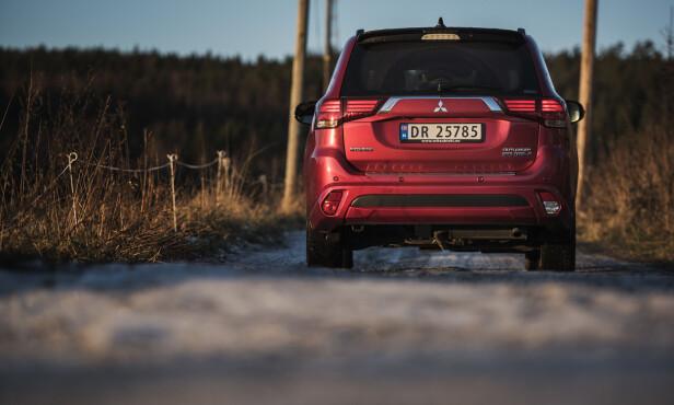 HØY BAKKEKLARING: Med frekke linjer fremstår Outlander PHEV som en svært sportslig SUV. Det den perfekte ladehybriden til norske forhold med høy bakkeklaring, romslig plass og lave CO2-utslipp.