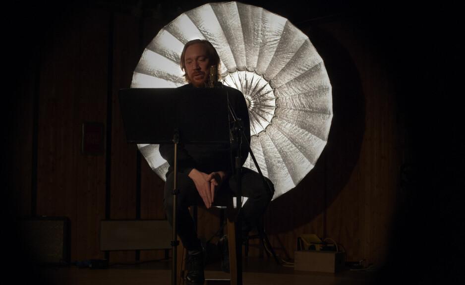 LESER: De beste tankene kommer når Lars Winnerbäck leser fra manus i filmen om og med ham, «Winnerbäck - et slags liv», som har premiere i morgen.
