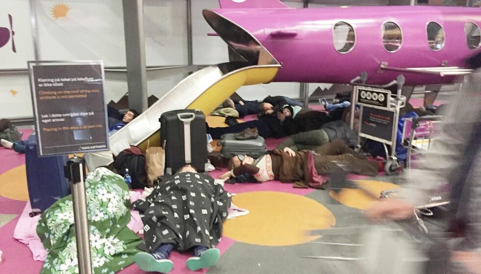 KAOS: På Gardermoen i natt var det kaos på grunn av kansellerte og innstilte fly. En rekke passasjerer la seg til å sove på flyplassen. Her rundt klokka 01.00 i natt. Foto: Hans Arne Vedlog / Dagbladet