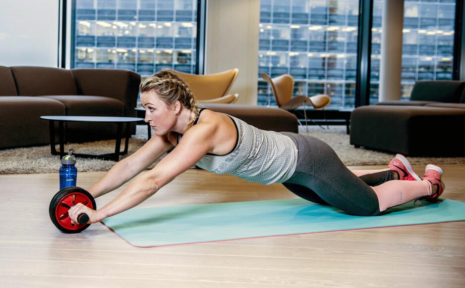 KOM I FORM: Personlig trener Stine Hartmann viser fram enkle øvelser du kan gjøre hvor som helst.