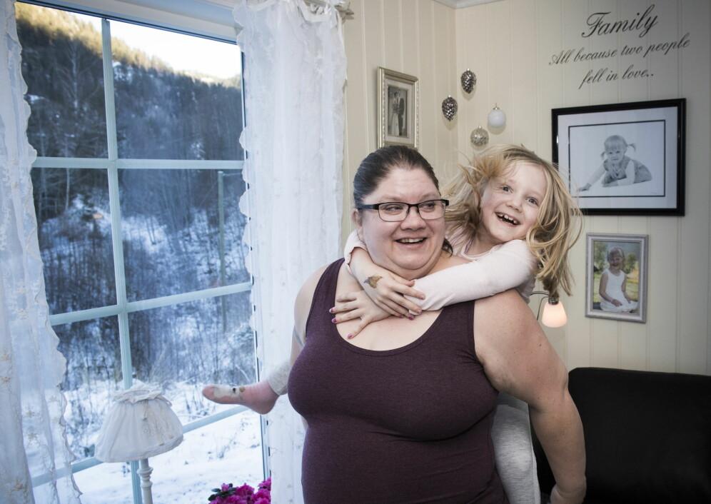 NÆRT FORHOLD: Jannike Kyllo (44) måtte ofte løpe til naboene for å få hjelp da hun var liten. Her sammen med datteren Sandra (7). Foto: Lars Eivind Bones