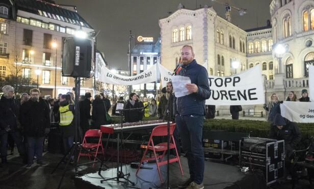 IMOT UTSENDELSE: Rune Berglund Steen, leder i Antirasistisk senter, holdt mandag appell utenfor Stortinget under markeringen for stans i utsendelse av flyktninger til Afghanistan. Foto: Håkon Mosvold Larsen / NTB Scanpix