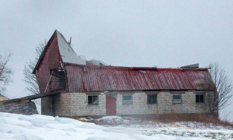 SKADET TAKET: En låve på Nesna i Nordland fikk store skader av vindkastene som fulgte stormen Ylva torsdag. Foto: Hans Petter Sørensen / NTB scanpix