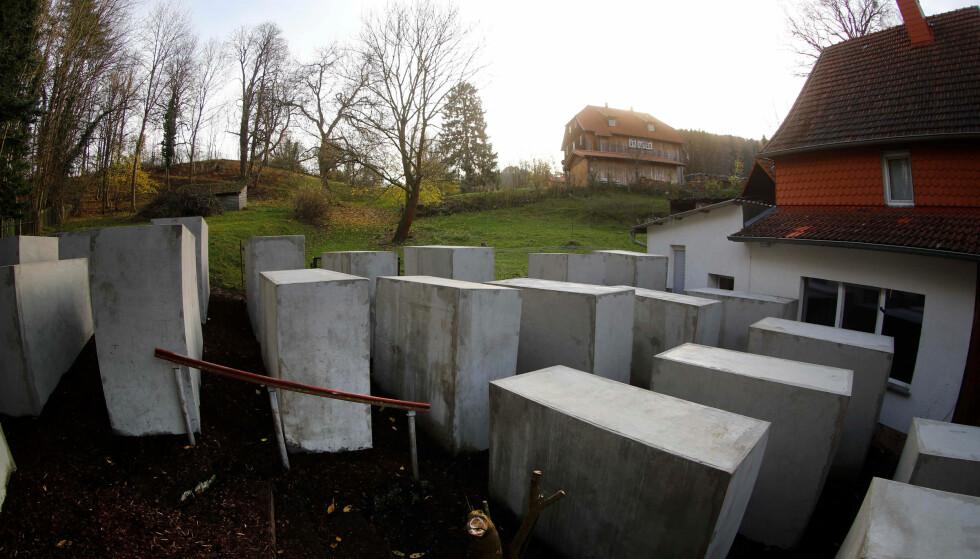 MINNESMERKE: Kollektivet Politisk Skjønnhet har satt opp en miniatyr av monumentet til minne om holocaust som står i Berlin. Det ble plassert på tomta ved siden av hjemmet til AfD-politiker Björn Häcke. Foto: Reuters / Kai Pfaffenbach / NTB Scanpix