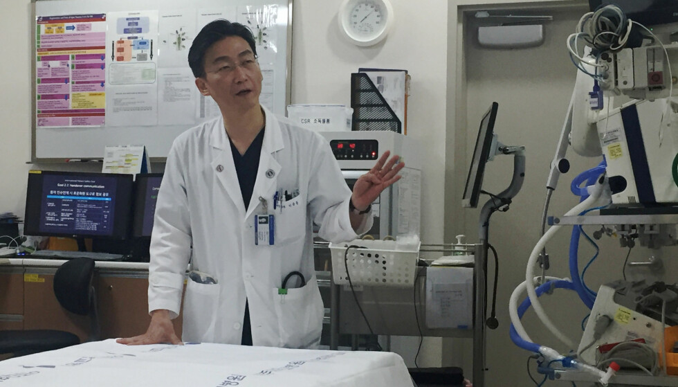SNAKKER UT: Lee Cook-jong har behandlet den nordkoreanske pasienten Oh. Foto: REUTERS/Yang Hee-kyong