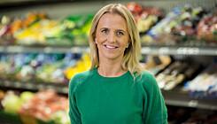 FLOTT: Kommunikasjonssjef i Kiwi, Kristine Arvin, roser de lokale matbutikkene for deres engasjement. (Foto: Kiwi)