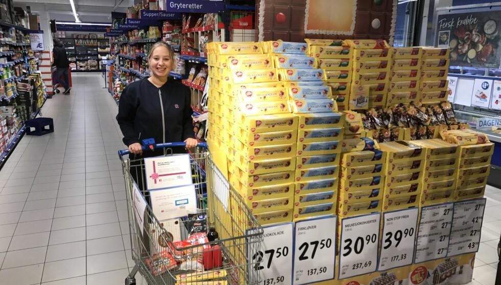 FYLLES OPP: Alice Johannesen, kjøpmann i Rema 1000 Madlakrossen, viser stolt frem handlevognen som stadig mottar spiselige julegaver. (Foto: Privat)