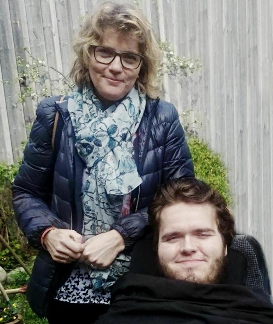 KAN HJELPES: Hilde Schrøder Røyset og sønnen Ola fotografert 17. mai i fjor. Ola har muskelsykdommen SMA og kan få hjelp av medisinen Spinraza. Men den er for dyr for norske myndigheter. Foto: Privat