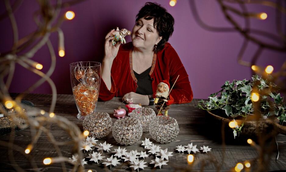 JULEFLODHEST: Anne B. Ragde elsker juleflodhesten som hun kjøpte i Wien. Men de hvite stjernene som moren laget til henne betyr aller mest for Ragde. Foto: Jørn H. Moen / Dagbladet