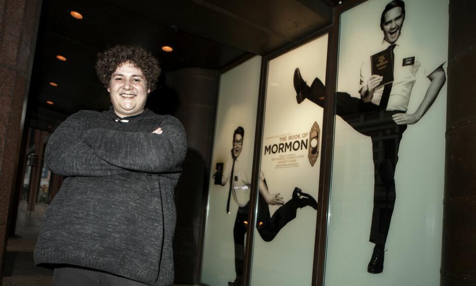 NY STJERNE: Skuespiller og sanger Kristoffer Olsen er glad i sofaen etter maratonkjøret som mormoner på Det Norske Teatret. - Det spruter svette av meg, krevende og veldig morsomt, sier kometskuespilleren. Foto: Anders Grønneberg