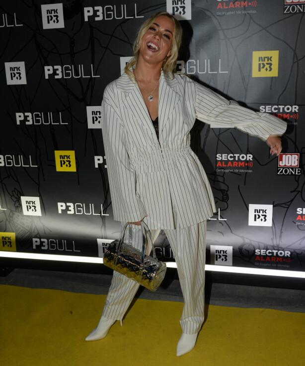 SUPERSTJERNE: Julie Bergan ankom den rød løperen alene iført en hvit og sort dress fra Monki og en vintage veske fra Louis Vuitton. Foto: John Terje Pedersen