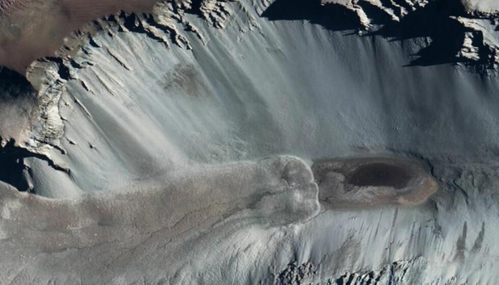 VANN PÅ MARS: Den ti centimeter dype dammen på antarktis er så salt at den aldri fryser til is. Forskerne aner ikke hvorfor den er så salt, men sier den kan hjelpe dem med å forstå hvordan det kan eksistere vann på planeten Mars. Foto: NASA