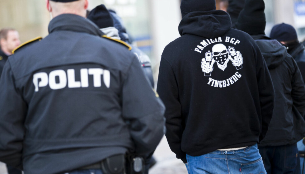 GJENGKRIG: «Loyal to Familia» er en av gjengene som herjer i København. Bildet viser dansk politi og medlemmer av «Loyal to Familia» fra 2013. Foto: Scanpix DK / NTB Scanpix