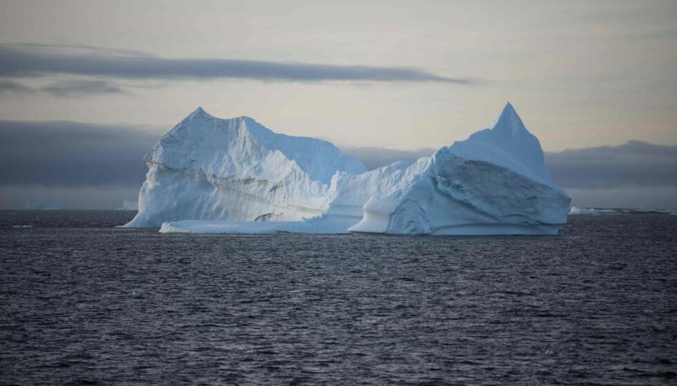 SMELTER: Havstigning som følge av at innlandsisen på Grønland og i Antarktis smelter, er kun en av mange konsekvenser som kan bli svært alvorlige dersom vi ikke greier å stoppe global oppvarming. Bildet er fra havet utenfor Vest-Antarktis. Foto: Eitan Abramovich / AFP Photo / NTB Scanpix