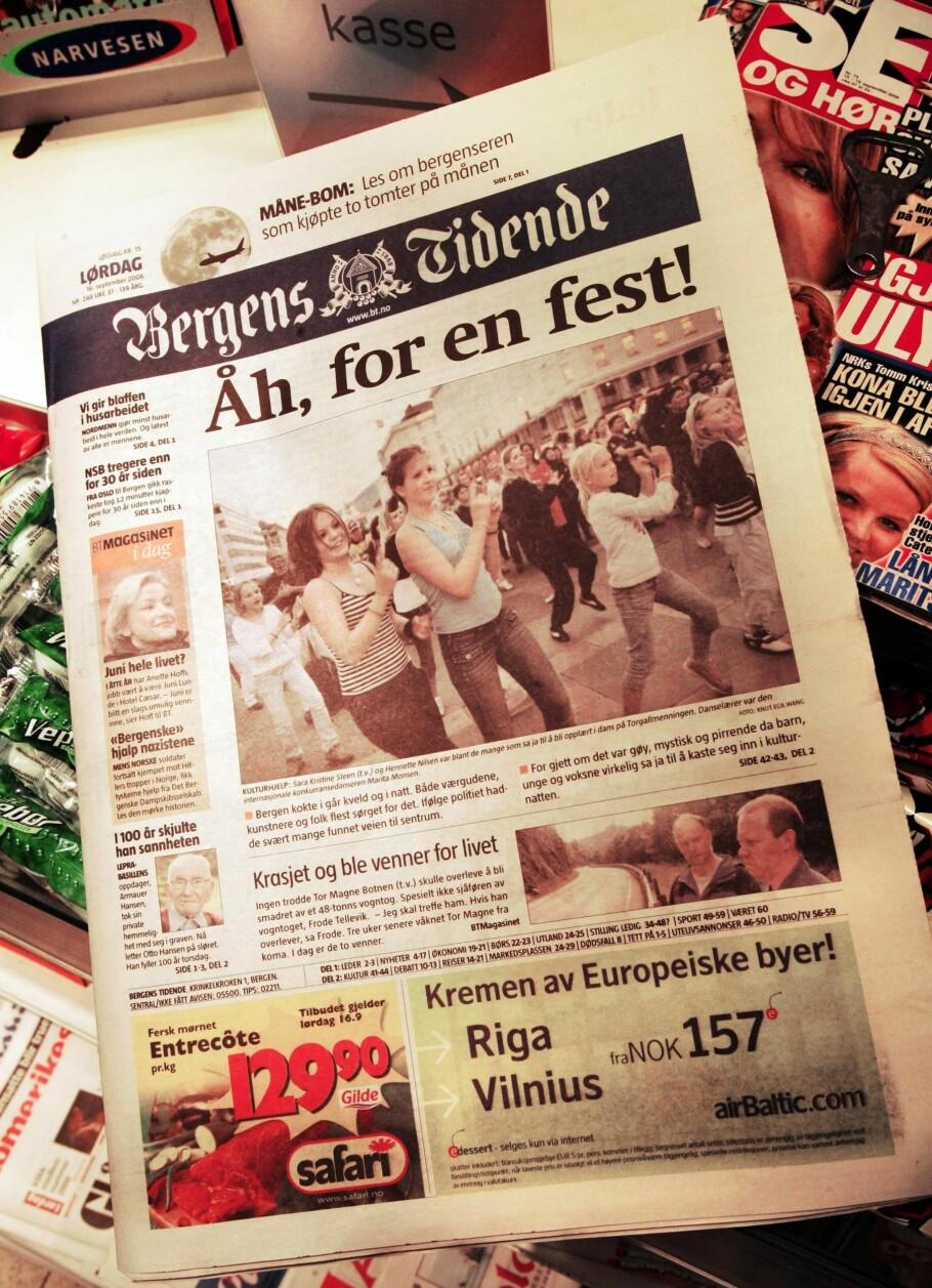 FEIRER: Bergens Tidende feirer 150-årsjubileum med historiebok skrevet av Gudmund Skjeldal. Bildet er fra overgangen til tabloidformat i 2006. Foto: NTB Scanpix