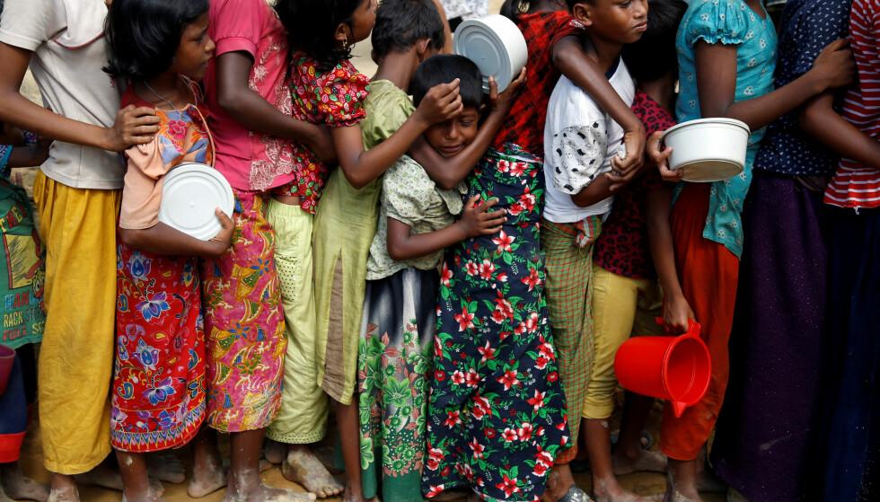 HUMANITÆR KRISE: Situasjonen for rohingya-folk som har flyktet fra forfølgelse i Myanmar til nabolandet Bangladesh, er ille. Her står barn i matkø like utenfor flyktningleieren i Kutupalon. Foto: REUTERS/Navesh Chitrakar/NTB Scanpix