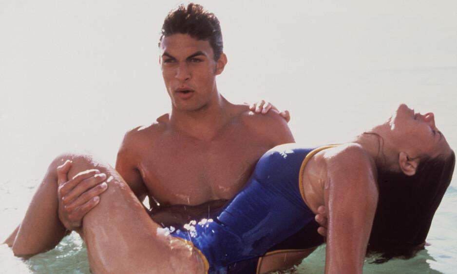 BADEVAKT: I perioden 1999-2001 spilte «Game of Thrones»-skuespilleren Jason Momoa rollen som lettkledd badevakt i «Baywatch Hawaii». Det førte til at han ikke fikk noen nye jobber på flere år. Foto: TV 3