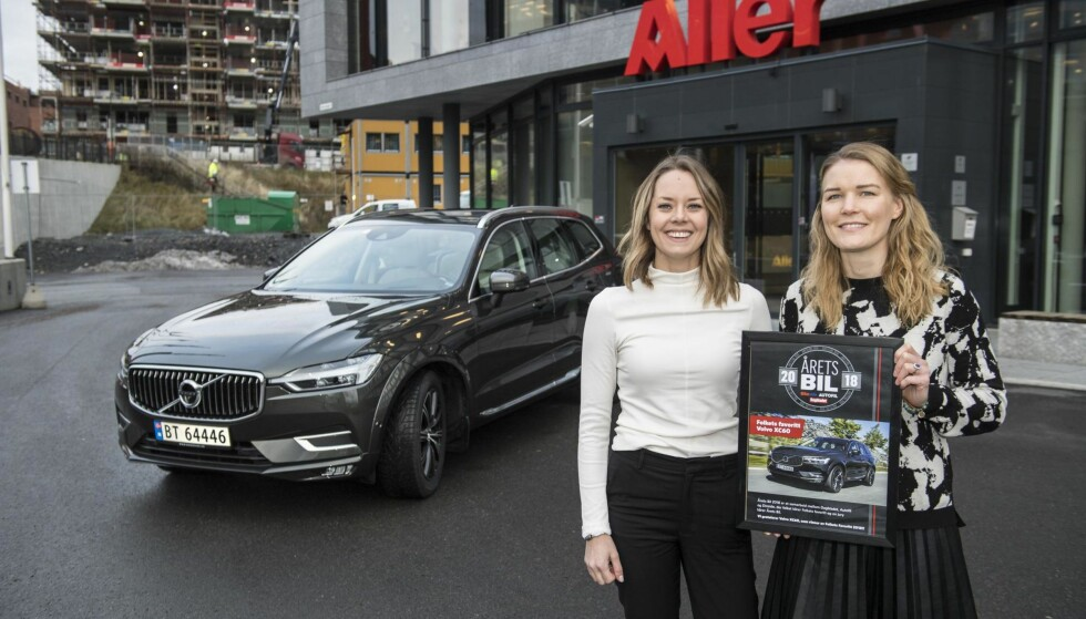VANT «FOLKEPRISEN»: Produktsjef Jennie Henningsson og markeds og kommunikasjonsdirektør Runa Vigdal-Hanssen jubler etter at Volvo XC60 er kåret til folkets favorittbil. Foto: Lars Eivind Bones