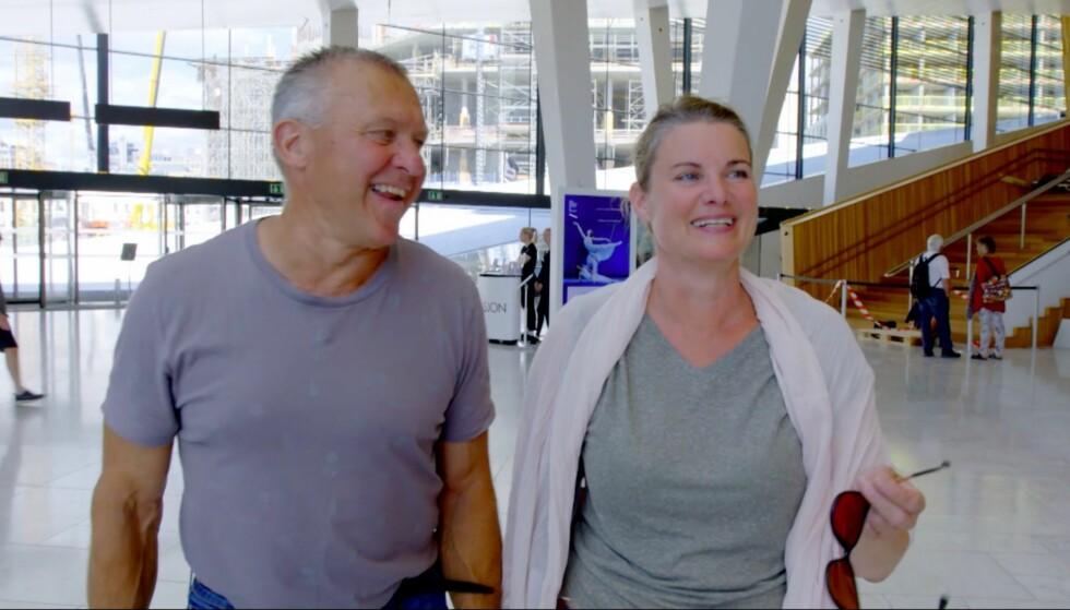 I GODT HUMØR: Kristin viser «Jakten»-bonden Rolf rundt inne på Operaen i Oslo sentrum. Foto: TV 2