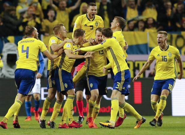 JUBEL: Jakob Johansson ble Sveriges store helt da han scoret det eneste målet over to kamper i playoffen mot Italia. Foto: NTB Scanpix