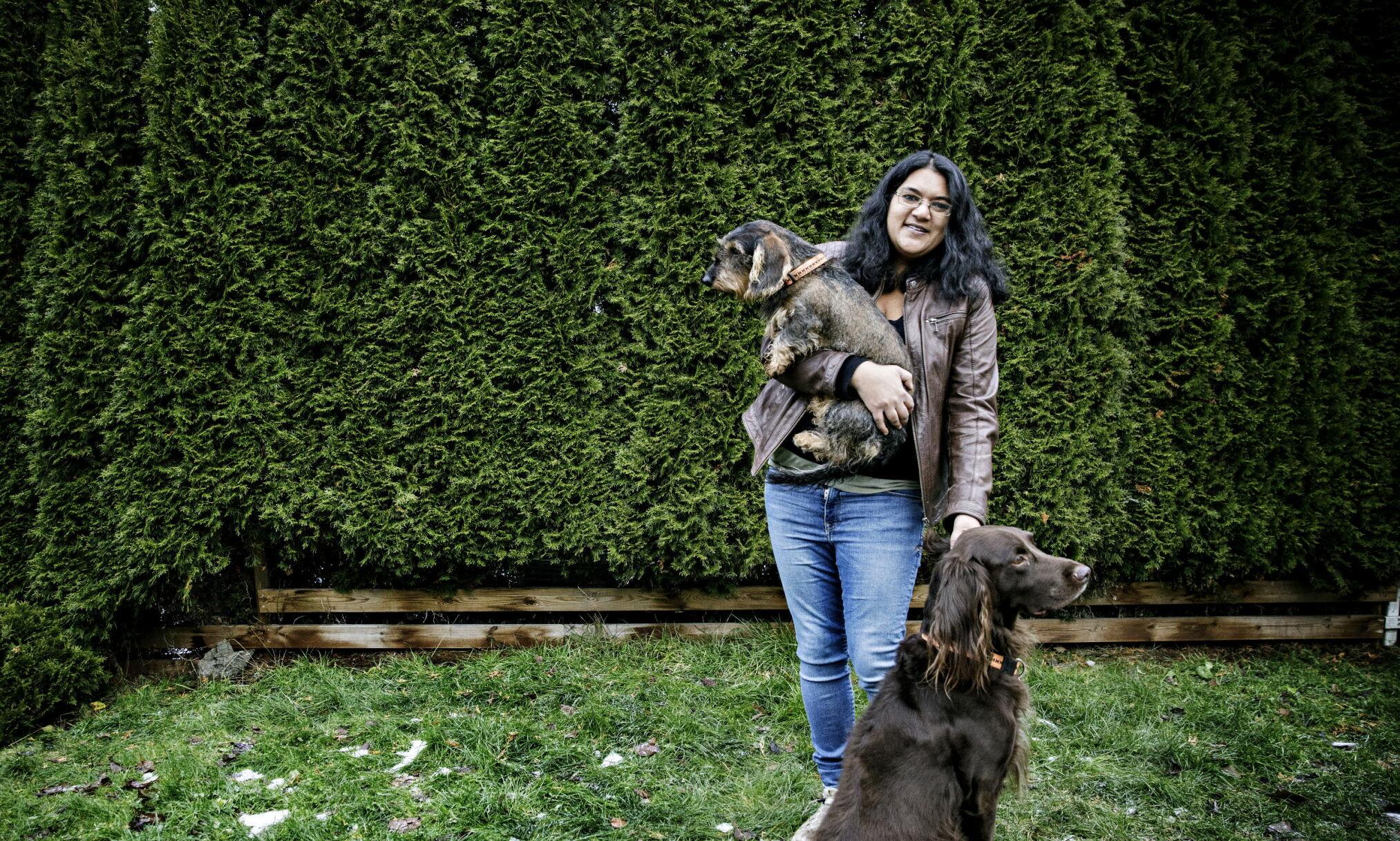 ET HUNDELIV: Liv Kiøsterud ble adoptert fra Bangladesh til Norge da hun var et halvt år. I voksen alder ble hun diagnostisert med MS. Hun har to hunder; en dachs og en vorsteh, som gjør at hun kommer seg ut på tur mens mann og barn er på skole og jobb. Foto: Nina Hansen