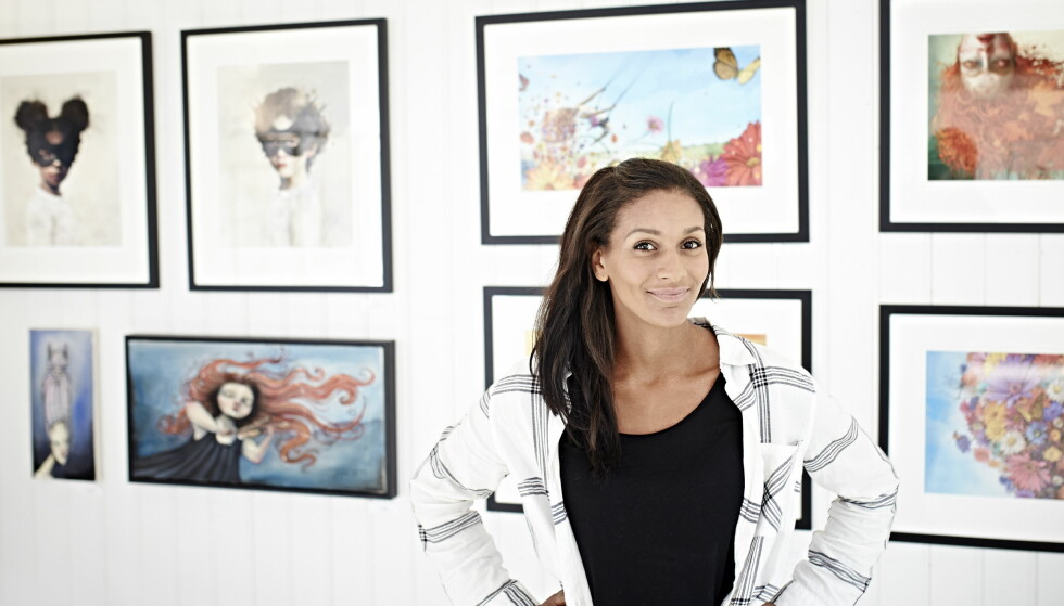 SLÅR AN: Illustratør Lisa Aisato foran noen av illustrasjonene sine, hjemme på Hvaler. Foto: Geir Dokken / Dagbladet