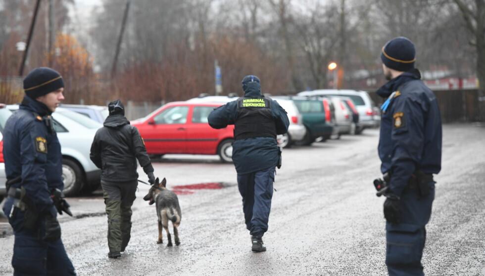 PÅGREPET ETTER EKSPLOSJON: En 20 år gammel mann er pågrepet etter en eksplosjon nær politistasjonen i Uppsala. Flere biler har fått skader, men ingen personer ble skadd i hendelsen. Foto: Fredrik Sandberg/TT / NTB scanpix