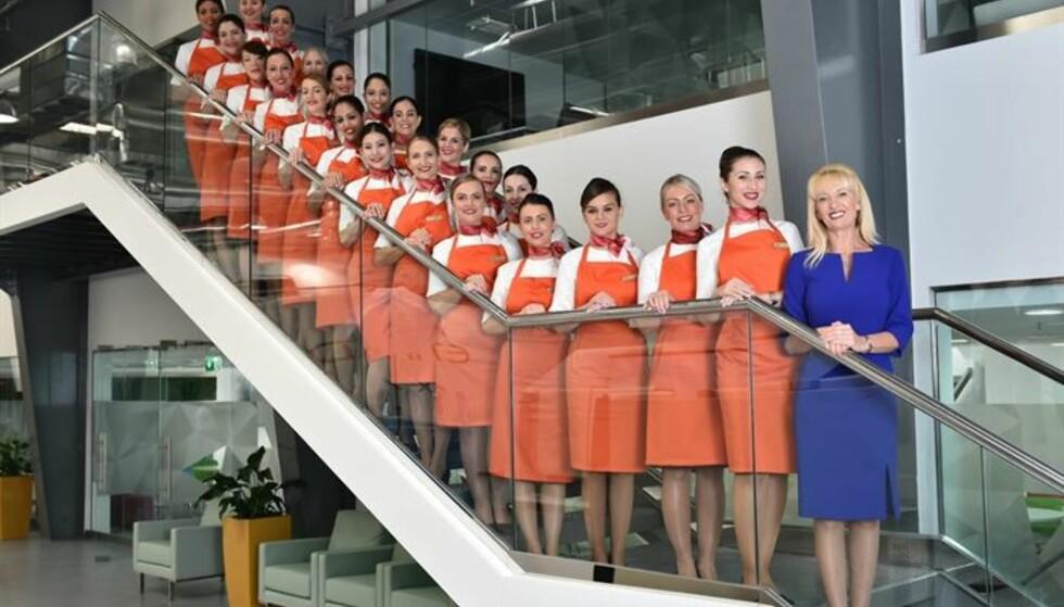 EKSTRAUTDANNING: Her er et knippe av besetningsmedlemmer fra Etihad som nå har videreutdannet seg slik at de også kan fungere som «nannyer» om bord i flyene. Foto: Etihad Airways