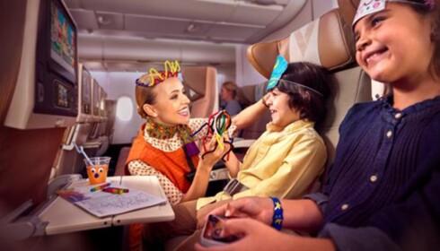SPESIALOPPGAVE: En del av flybesetningen på langdistanse-rutene har en ekstra oppgave i å underholde barna som reiser med flyet. Foto: Etihad Airways