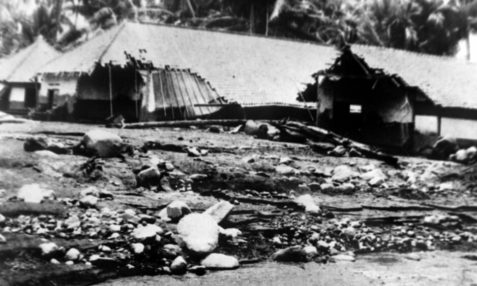 ØDELEGGELSER: Vulkanen Mount Agungs på Bali ødela flere landsbyer og tok livet av over 1500 personer da den hadde et stort utbrudd i 1963. Bildet er tatt 27. mars dette året. Foto: NTB Scanpix