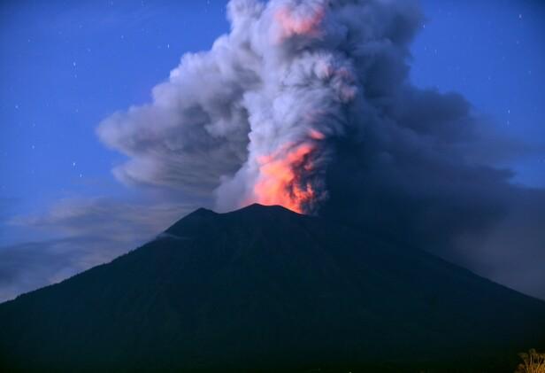 TIRSDAG: Slik ser Mount Agung ut i dag. Flyplassen er stengt ytterligere en dag grunnet asken. Foto: AFP PHOTO / SONNY TUMBELAKA