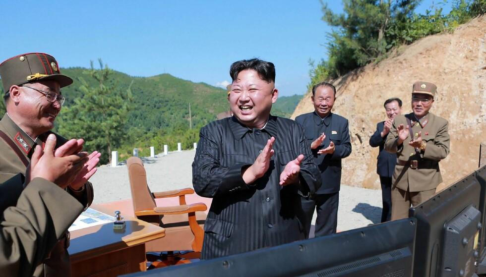 JUBEL: I juli kunne Kim Jong-un juble over den vellykkede oppskytingen av langdistansemissilen Hwasong-14. Tirsdag testet Nord-Korea missilen Hwasong-15, som har en enda lenger rekkevidde. Foto: AFP / KCNA VIA KNS / NTB Scanpix