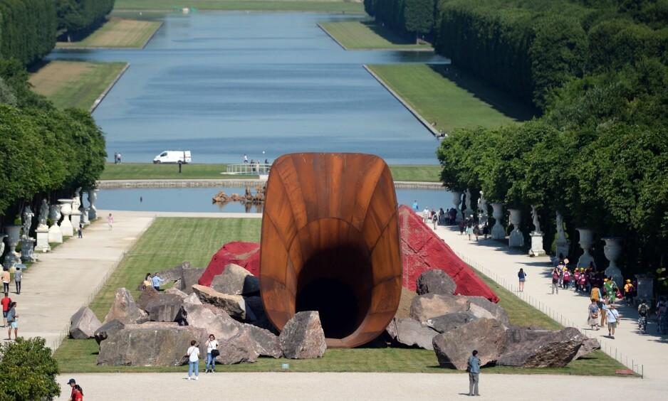 DIRTY CORNER: Anish Kapoors Versailles-skulptur fra 2015. Kunstneren kalte den «Dirty Corner» og antydet at det dreide seg om dronning Marie-Antoinettes vagina. Skulpturen representerer den type kunst som kun er interessant når den følges av en «bruksanvisning». Foto: NTB Scanpix