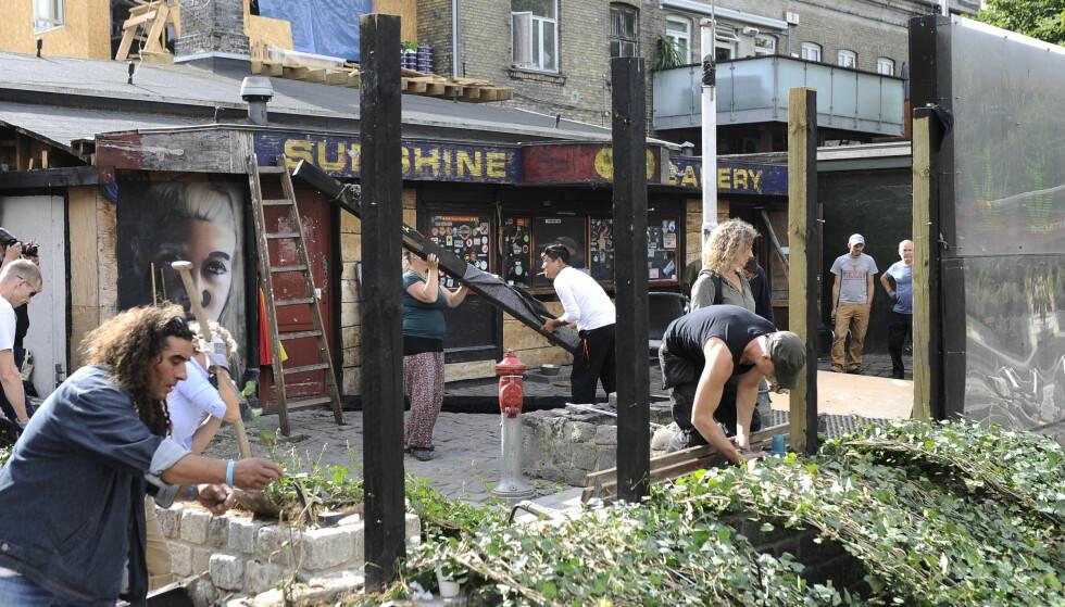 FIKK NOK: Etter skudddrama i Christiania i 2016, som resulterte i at en 25-åring døde, fikk beboerne nok. Bodene ble etter dette jevnet med jorda. Bildet fra 2016 viser beboerne som jobber med å rydde i stand. Foto: Björn Lindgren /TT / NTB scanpix